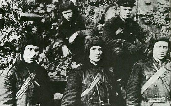Kołobanow wraz ze swoją załogą. W tle wierny i, jak się okazało, zabójczo skuteczny czołg KW1.