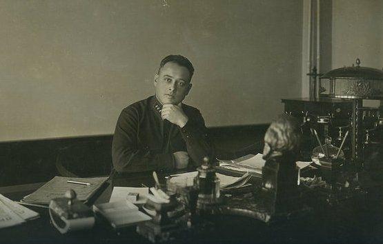 """Siergiej Mironow w swoim gabinecie ok. 1930 r. To dzięki jego pozycji Agnessa mogła prowadzić życie """"czerwonej księżniczki"""", gdy w tym samym czasie obywatele ZSRR umierali z głodu."""
