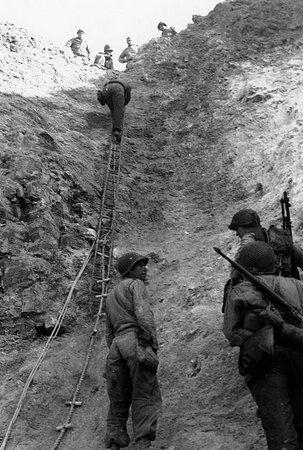 Rangersi szturmują Pointe du Hoc.