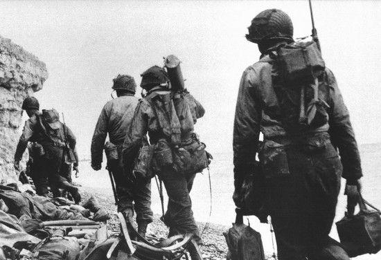 Rangersi przygotowują się do szturmu na Pointe du Hoc. Czekała ich wspinaczka na 30-metrowej wysokości klify. A to wszystko pod morderczym ogniem niemieckich obrońców.