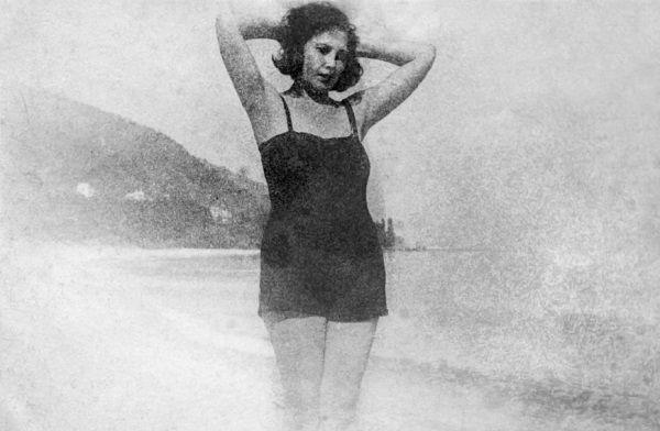 Szybka kariera męża oznaczała też awans żony. Piękna Agnessa Mironowa doskonale się w tym odnajdywała. Tu na plaży w czasie resortowych wakacji.