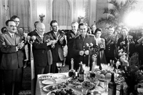 Breżniew, Chruszczow i Jurij Gagarin w trakcie kremlowskiej uczty.
