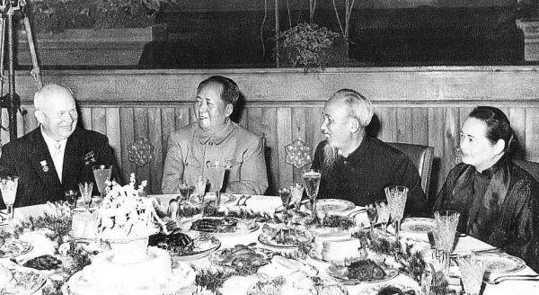 Chruszczow lubił swoich gości zaskakiwać ich narodowymi potrawami. Kiedy przyjeżdżała egzotyczna delegacja, kremlowscy kucharze niejednokrotnie musieli przyrządzać węże i owady.