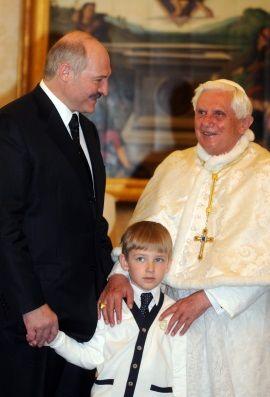 Wszystko wskazuje na to, że Łukaszenka na swojego następcę wychowuje najmłodszego, nieślubnego synka Kolę.