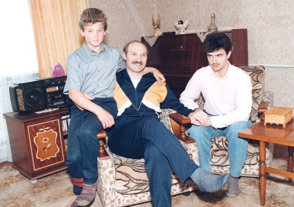 Łukaszenka z dwoma starszymi synami, których urodziła mu Galina. Najmłodszy z klanu, Kola, jest owocem późniejszego romansu.