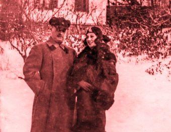 On w wojskowym mundurze, ona w pięknym futrze i turbanie. Sowieckie elity w Ałma Acie