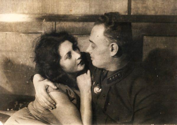 Agnessa i Sierioża Mironowie. Zakochani i beztroscy. Nieświadomi zbliżającego się końca sielanki.