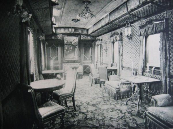 Można przypuszczać, że wielu radzieckich dygnitarzy podróżowało w takich luksusowych warunkach. Na zdjęciu jeden z wagonów carskiego pociągu, zarekwirowanego po rewolucji na potrzeby nowej władzy.