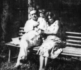 Mironowie z przybraną córeczką Agulią w Ałma Acie.
