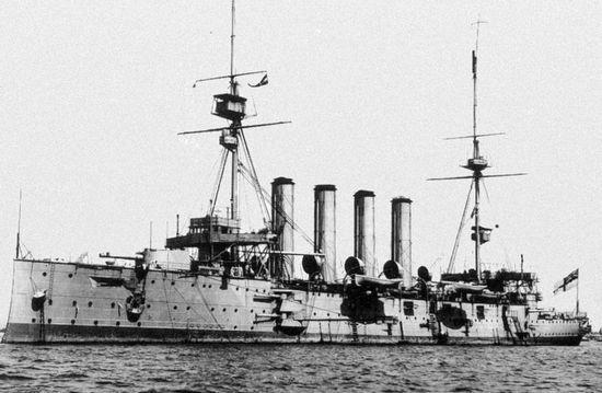 """HMS """"Cressy"""" komandora Nicholsona, mimo rozpaczliwych prób zatopienia U-boota, podzielił los pozostałych okrętów brytyjskiej eskadry."""