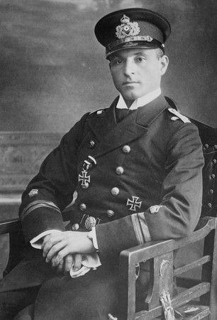 Sukces kpt. Otto Weddigena sprawił, że stał się on bohaterem narodowym Niemiec. Na zdjęciu widoczny Krzyż Żelazny I klasy, który otrzymał za akcję z 22 września.