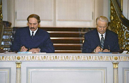 W kampanii wyborczej w 1994 r. Łukaszenka obiecywał reintegrację z Rosją i tutaj słowa w pełni dotrzymał. W 1997 r. podpisano akt utworzenia Związku Białorusi i Rosji (źródło: RIA Novosti; lic. CC ASA 3.0).