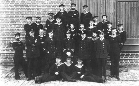 Załoga U-9 w pełnej okazałości. To właśnie ci marynarze i oficerowie okazali się pogromcami Royal Navy (źródło: Bundesarchiv; lic. CC ASA 3.0)