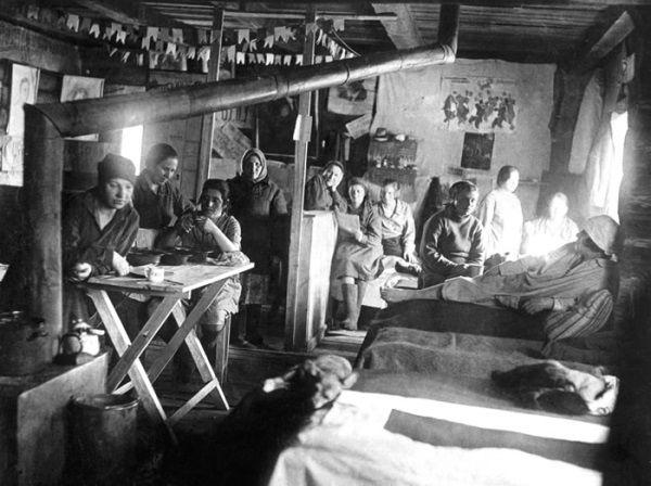 Więźniarki GUŁAGu. Musiały się mierzyć z głodem, zimnem i złymi warunkami. Wielu z nich nie udało się przeżyć.