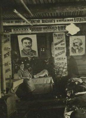 Wnętrze jednego z obozowych baraków udekorowane gazetką ścienną na cześć Stalina i innych radzieckich bohaterów. Więźniowie co dzień musieli patrzeć na portrety osób, za przyczyną których znaleźli się w obozie.
