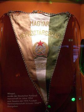 Węgierska pamiątka z mundialu 1954. )zdjęcie opublikowane na licencji CCA-SA 3.0, autor: Times)
