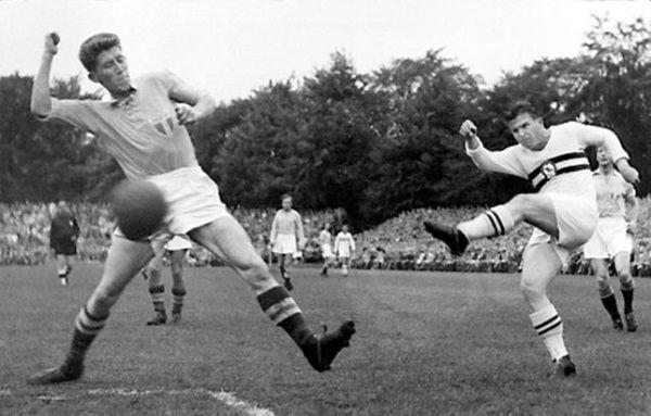 Ferenc Puskas walczy o piłkę w meczu ze Szwecją na mundialu 1954 r. (zdjęcie opublikowane na licencji CCA 2.5 G, autor: Sydsvenskan Sport)