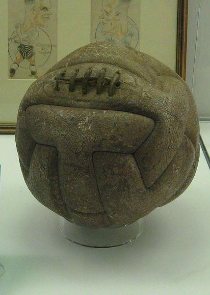 Piłka, którą kopali na boisku piłkarze na pierwszym mundialu. (zdjęcie opublikowane na licencji CCA-SA, autor Oldelpaso)