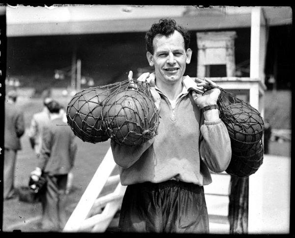Walter Winterbottom pierwszy trenerem w historii reprezentacji Anglii. Zanim go przyjęto, przez ponad siedemdziesiąt lat Anglicy grali bez żadnego szkoleniowca.
