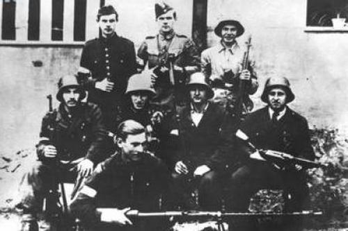 """Żołnierze 226. plutonu 9. Kompanii Dywersji Bojowej """"Żniwiarz"""". To właśnie w tym oddziale służył Zdzisław Sierpiński """"Świda"""", który oddał pierwsze strzały w Powstaniu Warszawskim."""