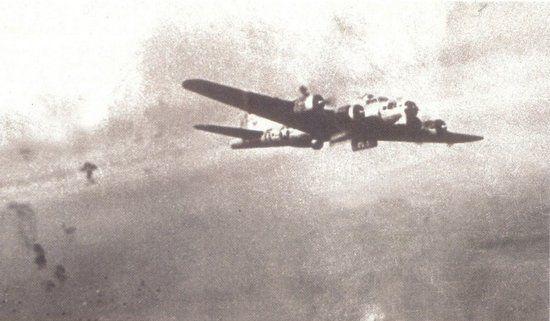 """Kiedy ok. 14.00 nad Warszawą pojawiły się amerykańskie samoloty, początkowo myślano, że to 1. Samodzielna Brygada Spadochronowa przybyła z odsieczą. Na zdjęciu """"Latająca Forteca"""" nad Warszawą."""