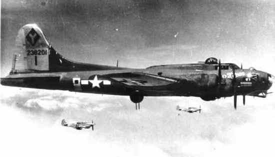 """W trakcie operacji """"Frantic"""" ochronę """"Latającym Fortecom"""" zapewniały myśliwce P-51 """"Mustang"""". Nie inaczej było również 18 września 1944 r. Na zdjęciu widoczna """"Latająca Forteca"""" oraz dwa """"Mustangi""""."""