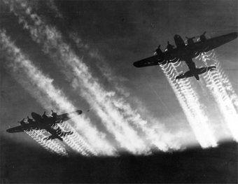 """Dwie """"Latające Fortece"""" lecą na kolejną misję w ramach Operacji """"Frantic""""."""