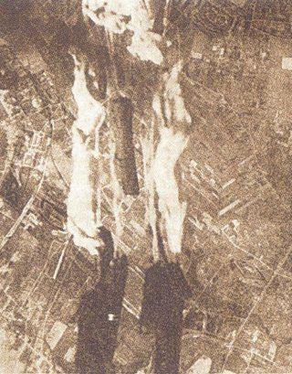 Mimo że 18 września amerykańskie samoloty zrzuciły nad Warszawą niemal 1300 zasobników, tylko niewielka ich część trafiła do powstańców. Na zdjęciu zrzut zasobników nad Mokotowem
