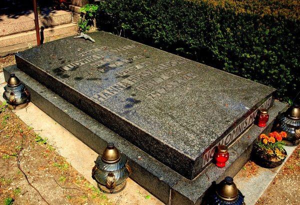 Nie wiadomo, kiedy Hirszfeld się ochrzcił. Ślub brał juz chrześcijański, a pochowano go na katolickim cmentarzu we Wrocławiu.