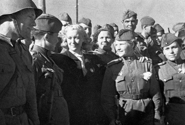 Orłowa na spotkaniu z radzieckimi żołnierzami na froncie w 1943 roku. (zdjęcie opublikowane na licencji CCA SA 3.0, autor: S. Kulishov )