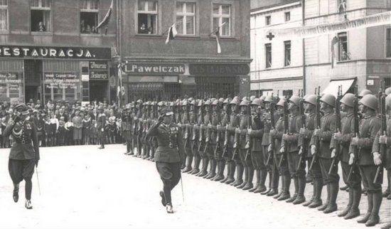 Przegląd 55. Pułku Piechoty na rynku w Lesznie w 1938 r. To właśnie żołnierzom tej jednostki przypadło w udziale przeprowadzenie wypadu rozpoznawczego na terytorium III Rzeszy.