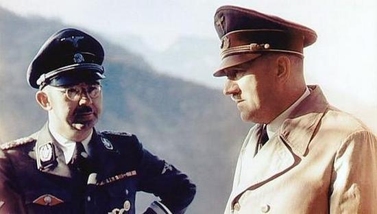 Chociaż Hitler z dużym sceptycyzmem traktował okultystyczno-mitologiczne ciągoty Himmlera, były hodowca kur się tym nie przejmował. Był bowiem głęboko przekonany, że to właśnie magia i mitologia przyniosą III Rzeszy ostateczne zwycięstwo (źródło: wikimedia commons, domena publiczna).