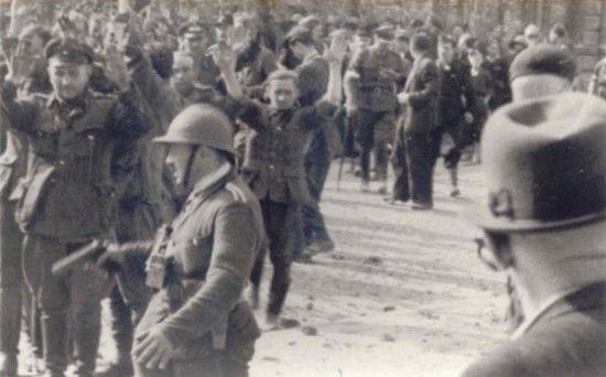 Niemieccy żołnierze wzięci do niewoli po zdobyciu PAST-y. W przeciwieństwie do SS-manów i gestapowców żołnierze Wehrmachtu mogli liczyć na dobre traktowanie.