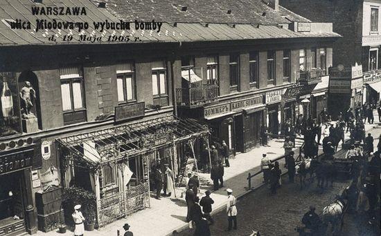 Zdjęcie przedstawiające skutki samobójczego zamachu Tadeusza Dzierzbickiego na ulicy Miodowej.