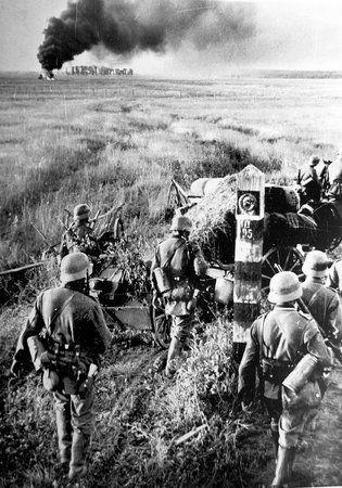 """Gdy rozpoczynała się wojna niemiecko-radziecka wydawało się, że sowieci mają znaczną przewagę w dziedzinie broni pancernej. Prawda była jednak nieco inna. Zdjęcie z książki Kacpra Śledzińskiego """"Tankiści. Prawdziwa historia czterech pancernych"""" (Znak Horyzont 2014)."""