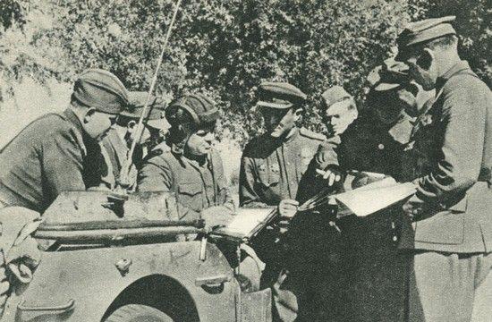 Wśród radzieckich oficerów, którzy znaleźli się w 1. Brygadzie Pancernej byli również tacy, którzy dobrze zapisali się w pamięci swoich podwładnych. Tak było w przypadku gen. Jana Mierzycana (w hełmofonie).