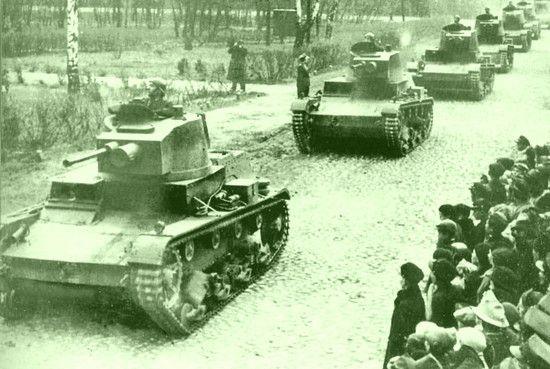 """Przedwojennych pancerniaków w szeregach armii Berlinga było jak na lekarstwo. Niemal cała kadrę należało wyszkolić od zera lub """"wypożyczyć"""" z Armii Czerwonej. Na zdjęciu chluba broni pancernej II RP czołgi 7TP."""
