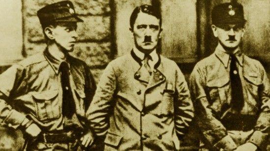 W 1923 r. Bernhard Stempfle należał już do najbliższego grona współpracowników Hitlera. Został wręcz jego powiernikiem. Na zdjęciu Hitler i jego ochrona (1923).
