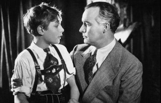 """Kara śmierci groziła oczywiście również za zapieranie się przynależności do narodu polskiego i współpracę z wrogiem na szkodę tegoż. Przekonał się o tym znany przedwojenny aktor Igo Sym, który został zastrzelony 7 marca 1941 r. Na zdjęciu kadr z filmu """"Serenade"""" (1937)."""
