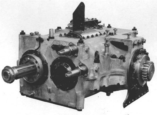 Istną zmora kierowcy T-34 była ciężko i nieprecyzyjnie pracująca skrzynia biegów. Nierzadko, aby wrzucić odpowiedni bieg potrzebna była pomoc siedzącego obok kierowcy strzelca-radiotelegrafisty.