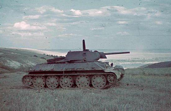 Na papierze T-34 prezentował się doskonale. W czasie testów okazało się, że posiada on wiele wad, które przysparzały wielu problemów załogom (fot. Bundesarchiv; lic. CC ASA 3.0).