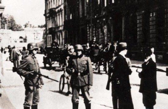 Zapewne niewielu mieszkańcom okupowanej Polski udało się przez całą wojnę nie złamać ani jednego z 25 punktów Kodeks Moralności Obywatelskiej.