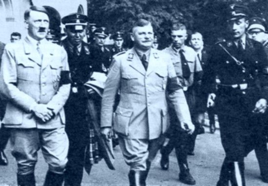W trakcie nocy długich noży Hitler pozbył się wszystkich, których uważał za zagrożenie z Ernstem Röhmem na czele (w środku). Wśród ofiar znalazł się również Bernhard Stempfle.