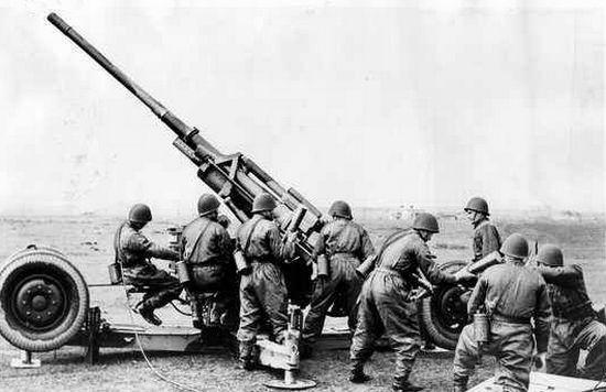 Lecąc nocą kpt. Rudzki i por. Juszczakiewicz nie byli narażeni na ostrzał własnej artylerii przeciwlotniczej, która mogła być równie niebezpieczna, co wraże myśliwce.
