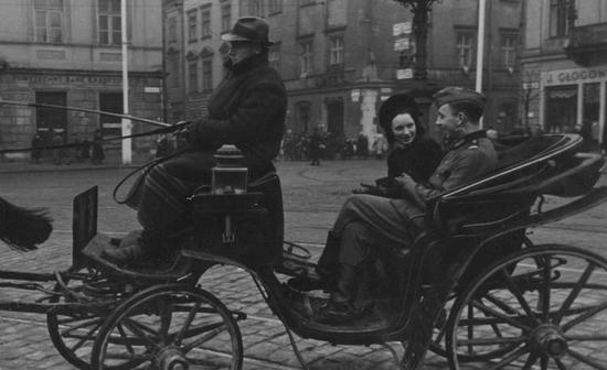 Wizyty w kinie to jednak jeszcze nic w porównaniu z utrzymywaniu zażyłych znajomości lub stosunków miłosnych z wrogiem. Na zdjęciu niemiecki żołnierz na przejażdżce dorożką z młodą kobietą w Krakowie.
