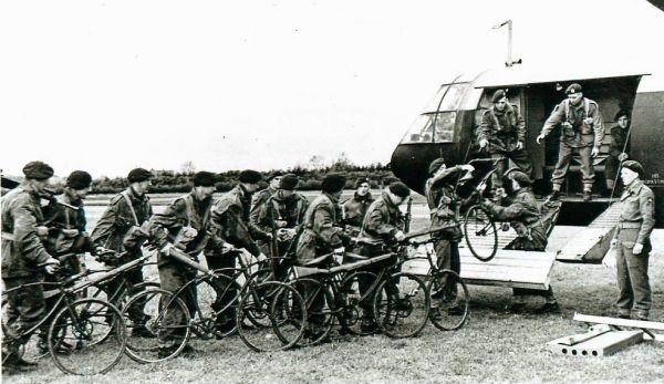 Zrzucanie psów ze spadochronem niewiele różni się od transportu rowerów. Tak w każdym razie uważała brytyjska armia.