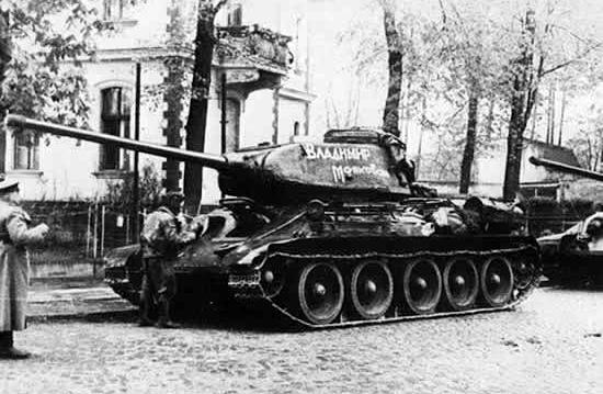 Mimo że T-34 ustępowały pod wieloma względami niemieckim czołgom, to wyprodukowano ich tak wiele, że w ostatecznym rozrachunku ich prosta konstrukcja okazała się kluczem do zwycięstwa. Na zdjęciu T-34 z działem kalibru 85 mm.