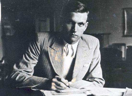 Kolejny legendarny Kurier Jan Karski, który poza wieloma innymi talentami wiedział również jak należy pić whisky. (źródło: Muzeum Historii Polski, dzięki uprzejmości Archiwum Instytutu Hoovera w Kalifornii).