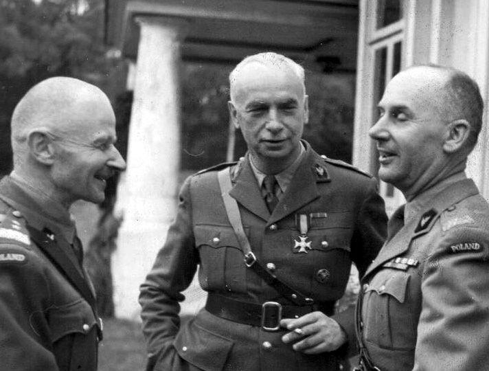 """Naczelny Wódz gen. Kazimierz Sosnkowski (na zdjęciu w środku) jak się okazało był nie tylko gościnnym człowiekiem, ale również mógł pochwalić się mocną głową, o czym na własnej skórze przekonał się """"Janek""""."""