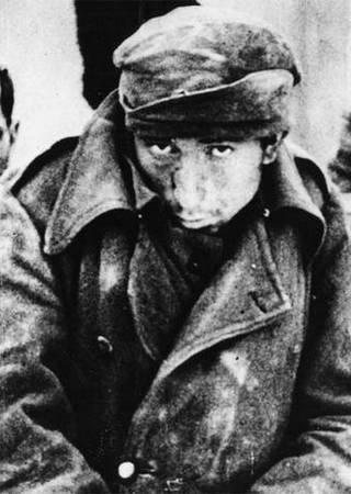 Obraz nędzy i rozpaczy, czyli rumuński żołnierz spod Stalingradu. Jego mundur ewidentnie nie nadawał się na radzieckie mrozy.